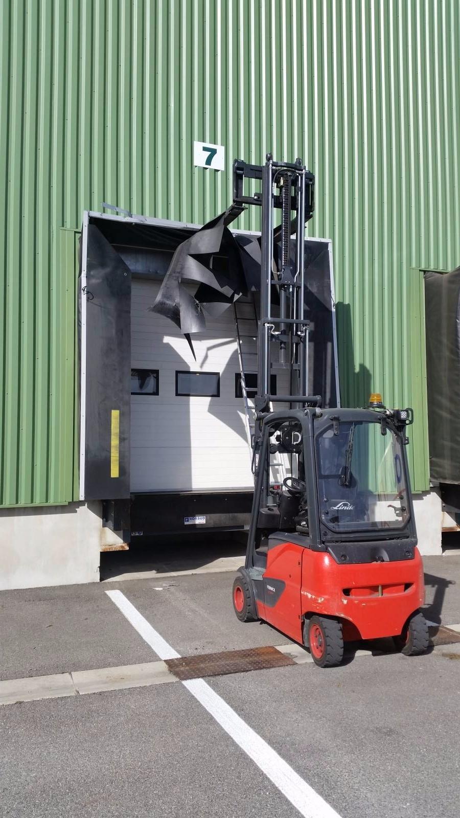 installation sas d 39 tanch it pour quai de chargement aix les milles entretien de mat riel. Black Bedroom Furniture Sets. Home Design Ideas